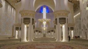 Abu Dhabi U A E - Januari 2018: Sheikh Zayed Grand Mosque sikt på enorm bönkorridor arkivfilmer