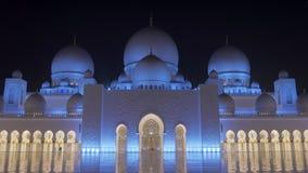 Abu Dhabi, U a E - Janvier 2018 : Vue frontale de Sheikh Zayed Grand Mosque, étonnante et épique sur la façade dans la nuit banque de vidéos