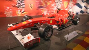 ABU DHABI, UAE - 20 AGOSTO 2014: Mondo di Ferrari all'isola di Yas in Abu Dhabi Retro automobili leggendarie Ferrari fotografia stock