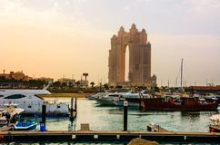 Abu Dhabi, UAE - 27. April 2018: Sonnenuntergang über Al Marina-Insel herein Stockbilder