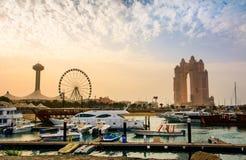 Abu Dhabi, UAE - 27. April 2018: Sonnenuntergang über Al Marina-Insel herein Lizenzfreies Stockbild