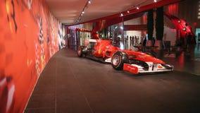 ABU DHABI, UAE - 20 DE AGOSTO DE 2014: Mundo de Ferrari en la isla de Yas en Abu Dhabi Coches retros legendarios Ferrari Foto de archivo libre de regalías
