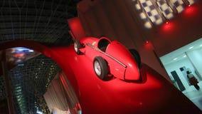 ABU DHABI, UAE - 20 DE AGOSTO DE 2014: Mundo de Ferrari en la isla de Yas en Abu Dhabi Coches retros legendarios Ferrari Fotografía de archivo