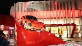 ABU DHABI, UAE - 20 DE AGOSTO DE 2014: Mundo de Ferrari en la isla de Yas en Abu Dhabi Coches retros legendarios Ferrari Imagen de archivo libre de regalías