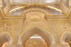 Abu Dhabi, UAE - 12 de março de 2019: Decoração dourada e de mármore para dentro do palácio presidencial dos UAE imagem de stock