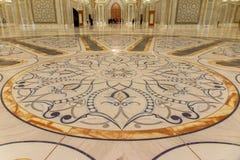 Abu Dhabi, UAE - 12 de marzo de 2019: Decoración de oro y de mármol del piso dentro del palacio presidencial de los UAE fotografía de archivo