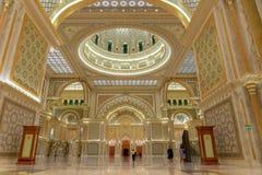 Abu Dhabi, UAE - 12 de marzo de 2019: Decoración de oro y de mármol dentro del palacio presidencial de los UAE imagen de archivo libre de regalías