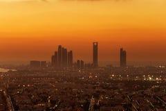 Abu Dhabi, UAE an der Dämmerung, die Türme Corniche und Etihad zeigend Lizenzfreies Stockfoto