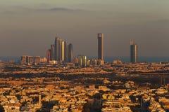 Abu Dhabi, UAE an der Dämmerung, die Türme Corniche und Etihad zeigend Lizenzfreie Stockbilder