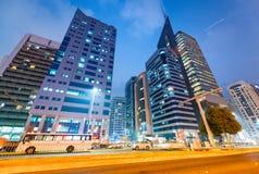 ABU DHABI, UAE - 7. DEZEMBER 2016: Gebäude in im Stadtzentrum gelegenem Abu Dha Lizenzfreie Stockfotografie