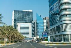 ABU DHABI, UAE - 7. DEZEMBER 2016: Gebäude in im Stadtzentrum gelegenem Abu Dha Stockfoto