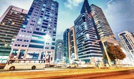 ABU DHABI, UAE - 7. DEZEMBER 2016: Gebäude in im Stadtzentrum gelegenem Abu Dha Stockfotografie