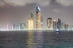 ABU DHABI, UAE - 8. DEZEMBER 2016: Reflexionen von Corniche-Straße Stockbild