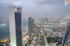 ABU DHABI, UAE - 8. DEZEMBER 2016: Vogelperspektive von Corniche-Straße Lizenzfreies Stockfoto
