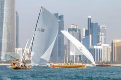 ABU DHABI, UAE-FEBRUARY, 10,2018: Navegando o dhow após r tradicional foto de stock