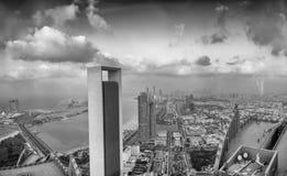 ABU DHABI, UAE - GRUDZIEŃ 8, 2016: Panoramiczna zmierzchu miasta linia horyzontu Obrazy Stock