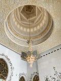 ABU DHABI UAE - MARS, 19, 2019: Härlig ljuskrona i formen av en blomma i Sheikh Zayed Mosque inom fotografering för bildbyråer