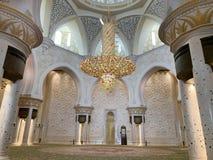ABU DHABI UAE - MARS, 19, 2019: Härlig ljuskrona i formen av en blomma i Sheikh Zayed Mosque inom royaltyfri foto