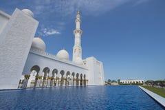 ABU DHABI UAE -19 MARS 2016: Sheikh Zayed Grand Mosque i Abu Dhabi, Förenade Arabemiraten Den storslagna moskén i Abu Dhabi är la Royaltyfri Bild
