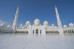 ABU DHABI UAE -19 MARS 2016: Sheikh Zayed Grand Mosque i Abu Dhabi, Förenade Arabemiraten Den storslagna moskén i Abu Dhabi är la Royaltyfria Bilder