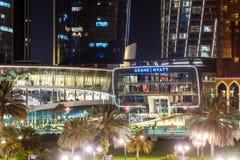 Abu Dhabi, UAE - Marzec 30 2019 Grand Hyatt hotel z nocy iluminacj? obrazy stock