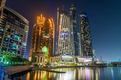 Abu Dhabi, UAE - Marzec 29 2019 Kompleks drapacz chmur - Etihad i Baba Al Qasr hotel z nocy iluminacj? od morza G?rujemy fotografia stock