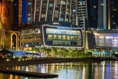 Abu Dhabi, UAE - Marzec 29 2019 Widok Grand Hyatt hotel z nocy iluminacją od morza zdjęcia royalty free