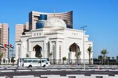 ABU DHABI, UAE MARZO, 19, 2019 La entrada principal al palacio presidencial del al Watan de Qasr imagenes de archivo
