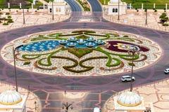 Abu Dhabi, UAE - 30 marzo 2019 Vista superiore di una rotonda sulla strada fotografia stock libera da diritti