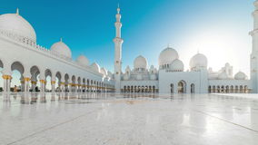 ABU DHABI, UAE - MAYO DE 2017: Timelapse panorámico de Sheikh Zayed Mosque hermoso principal en Abu Dhabi almacen de metraje de vídeo