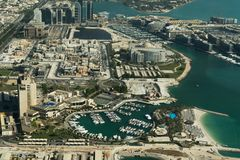 Abu Dhabi /UAE- am 14. November 2017: Vogelperspektive von Abu Dhabi Landscape Lizenzfreie Stockbilder