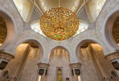 ABU DHABI, UAE †'Październik 4, 2014: Sheikh Zayed Uroczysty meczet Wewnątrz Zdjęcia Stock