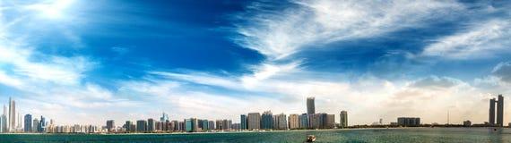 Abu Dhabi, UAE Panoramische Stadtbildansicht bei Sonnenuntergang von Jachthafen V Lizenzfreie Stockfotografie