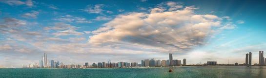 Abu Dhabi, UAE Panoramische Stadtbildansicht bei Sonnenuntergang von Jachthafen V Stockfoto
