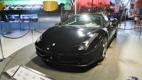ABU DHABI, UAE - SIERPIEŃ 20, 2014: Ferrari świat przy Yas wyspą w Abu Dhabi Legendarni retro samochody Ferrari zdjęcia royalty free