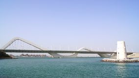 ABU DHABI, UNITED ARAB EMIRATES - 2 de abril de 2014: Tiro horizontal de Sheikh Zayed Bridge Imagen de archivo