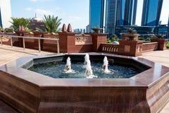 Abu Dhabi, United Arab Emirates - 13 de diciembre de 2018: pequeña fuente en el jardín cerca del palacio del emirato fotos de archivo libres de regalías