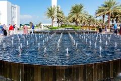 Abu Dhabi, United Arab Emirates - 13 de diciembre de 2018: piscinas de agua decorativas delante de la mezquita magnífica fotos de archivo