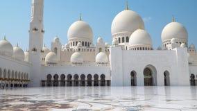 Abu Dhabi, United Arab Emirates Mezquita de jeque Zayed Bin Sultan Al Nahyan almacen de metraje de vídeo