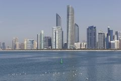 Abu Dhabi, United Arab Emirates se jacta compos de grandes de un horizonte foto de archivo libre de regalías