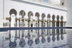 Abu-Dhabi, Uroczystego mech białe arkady, woda, i Obrazy Stock