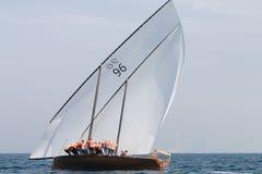 ABU DHABI, 10,2018 V.A.E-FEBRUARI: Het varen dhow na traditioneel r stock afbeelding