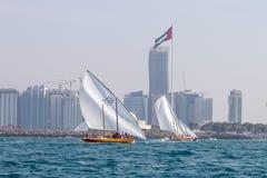 ABU DHABI, 10,2018 V.A.E-FEBRUARI: Het varen dhow na traditioneel r royalty-vrije stock foto's