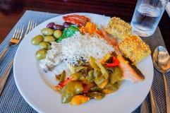 Abu Dhabi verão 2016 Pequeno almoço no hotel Bufete do pequeno almoço Arranjo do alimento da restauração do bufete na tabela foto de stock