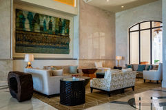 Abu Dhabi verão 2016 St interior brilhante e moderno Regis Saadiyat Island Resort do hotel de luxo Imagem de Stock Royalty Free