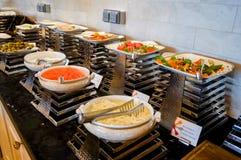 Abu Dhabi Verano 2016 Desayuno en el hotel Comida fría del desayuno Arreglo de la comida del abastecimiento de la comida fría en  Imagen de archivo libre de regalías