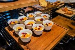 Abu Dhabi Verano 2016 Desayuno en el hotel Comida fría del desayuno Arreglo de la comida del abastecimiento de la comida fría en  Foto de archivo libre de regalías