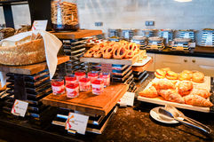 Abu Dhabi Verano 2016 Desayuno en el hotel Comida fría del desayuno Arreglo de la comida del abastecimiento de la comida fría en  Fotografía de archivo libre de regalías