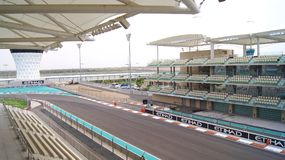 ABU DHABI, VEREINIGTE ARABISCHE EMIRATE - 4. April 2014: Der Yas Marina Formula 1 Grand-Prix-Strecke Stellen Sie unter einen Jach Stockfotografie