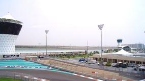 ABU DHABI, VEREINIGTE ARABISCHE EMIRATE - 4. April 2014: Der Yas Marina Formula 1 Grand-Prix-Strecke Stellen Sie unter einen Jach Lizenzfreie Stockfotos